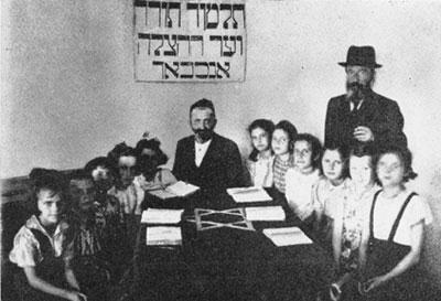 Klasse der Beth Jakob Schule im Camp Ansbach. Die erste dieser strengreligiösen Mädchenschulen war als Antwort auf die zunehmende Assimilierung 1917 in Polen gegründet worden und fand großen Zuspruch innerhalb der Orthodoxie – auch in den jüdischen DP-Gemeinden nach 1945.