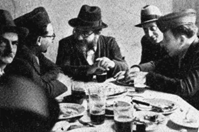 Koschere Küche in Fürth. Der 1901 in Polen geborene David Spiro (Mitte) hatte das Warschauer Ghetto und mehrere Konzentrationslager überlebt. Er gehörte zu den Gründern der Israelischen Kultusgemeinde Fürth. Rabbiner Spiro war dort bis zu seinem Tod im Jahre 1970 als weltweit anerkannte halachische Autorität tätig.