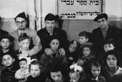 Der Direktor des Vaad Hatzalas in Deutschland, Nathan Baruch (2. v. l.), und sein Stellvertreter, Rabbiner Aviezer Burstin (1. v. l.), mit Jungen und Mädchen der hebräischen Religionsschule im Camp Gabersee.