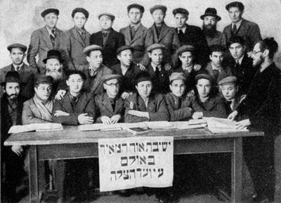 """Mitglieder der von Vaad Hatzala unterstützten Jeschiwa """"Or HaMeir"""" im DP Camp Sedankaserne (Ulm)"""