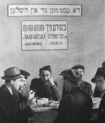 Rabbiner Aviezer Burstin vom Vaad Hatzala besucht die Koschere Küche in Augsburg. Repro: nurinst-archiv