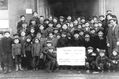 """Die Talmud Thora Schule im Lager Eschwege führte den Namen """"Kleine Jeschiwa"""". Foto: Jehoshua Pierce (http://luxjudaica.com/de/displaced-persons)"""
