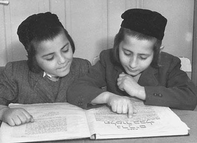 Joel und Avrom Ganz beim Studium talmudischer Texte. Foto: AJDC